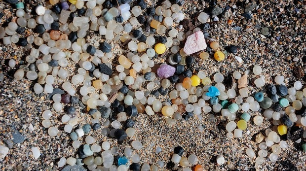 mermaids-tears-plastic-nurdles-beach-620x347